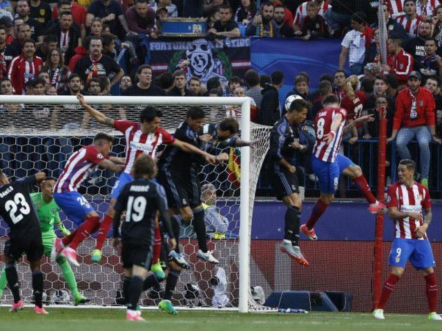 Atlético Saúl Ñíguez (2.v.r) erzielt per Kopf das 1:0. Foto: Francisco Seco/dpa
