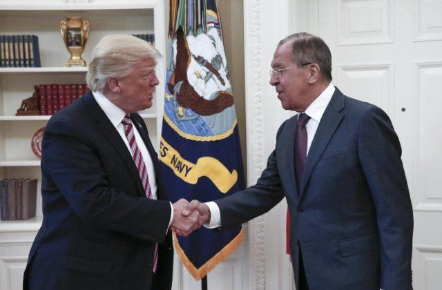 US-Präsident Donald Trump (l.) empfängt am 10. Mai 2017 Russlands Außenminister Sergej Lawrow im Weißen Haus in Washington. Foto: Russisches Außenministerium/dpa