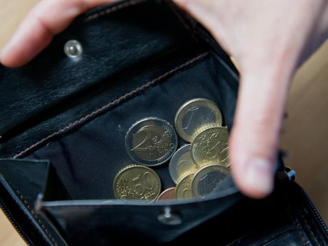 Blick in eine Geldbörse: die Inflation zieht weiter an. Foto: Daniel Karmann/dpa
