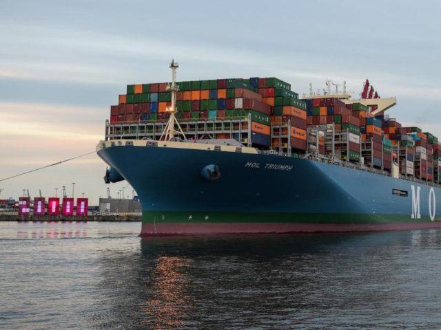 Mit 400 Metern Länge gehört die «MOL Triumph» zu den größten Schiffen weltweit. Foto: Axel Heimken/dpa