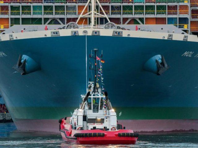 Das Containerschiff ist eines der größten der Welt. Foto: Axel Heimken/dpa