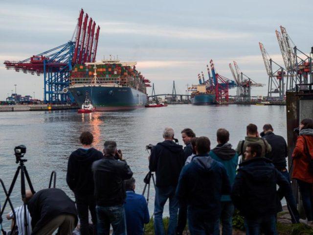 Zahlreiche Schaulustige sind gekommen, um das riesige Schiff zu sehen. Foto: Axel Heimken/dpa