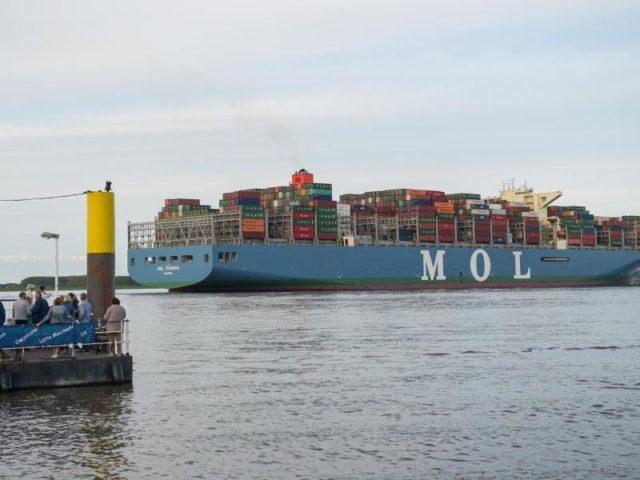Die «MOL Triumph» auf der Elbe bei Stade. Foto: Axel Heimken/dpa