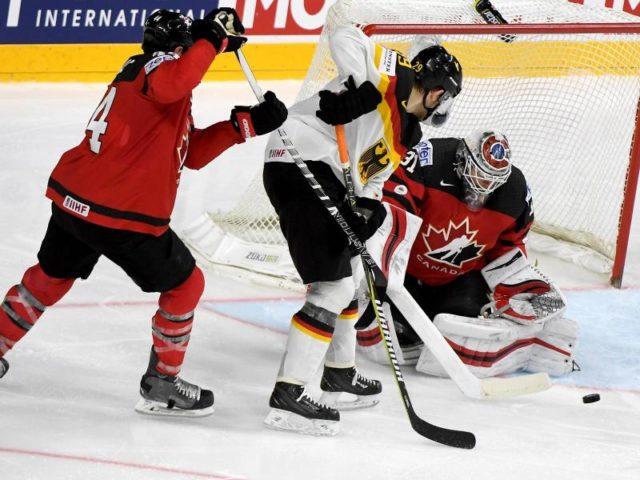 Leon Draisaitl (M) scheitert an Kanadas Goalie Calvin Pickard (r). Foto: Monika Skolimowska/dpa