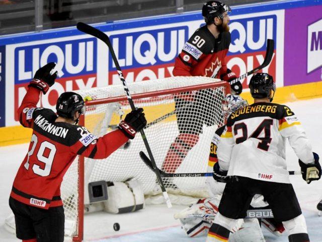 Die Kanadier haben mit dem Treffer von Nate MacKinnon (l) das Tor zur 1:0-Führung gegen Deutschland erzielt. Foto: Monika Skolimowska/dpa