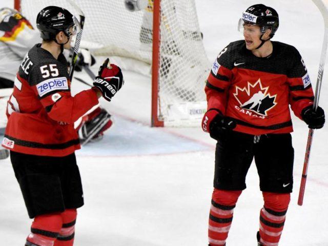 Kanadas Torschütze Jeff Skinner (r) jubelt mit Mark Scheifele über das 2:0 gegen Deutschland. Foto: Monika Skolimowska/dpa