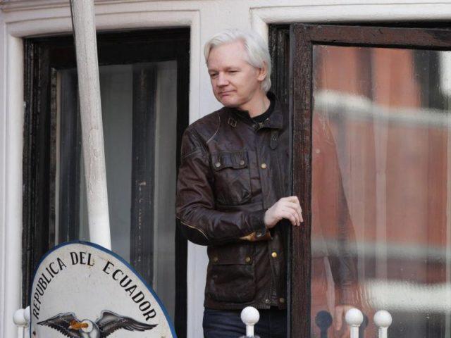 Seit fünf Jahren hat Julian Assange keinenFuß vor sein Botschaftsexil in London gesetzt. Jetzt ermittelt Schweden nicht mehr. Aus dem Haus traut sich der Wikileaks-Gründer deshalb aber noch nicht - aber auf den Balkon. Foto: Yui Mok/dpa