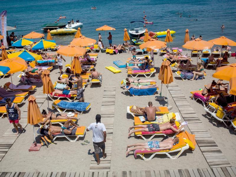 Griechenland erlaubt ab Montag Einreise geimpfter Touristen – Merkel lässt sich am Freitag mit Astrazeneca impfen