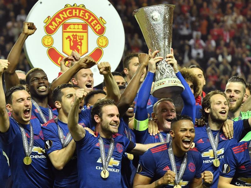 Manchester-Stars widmen den Pokal den Terroropfern