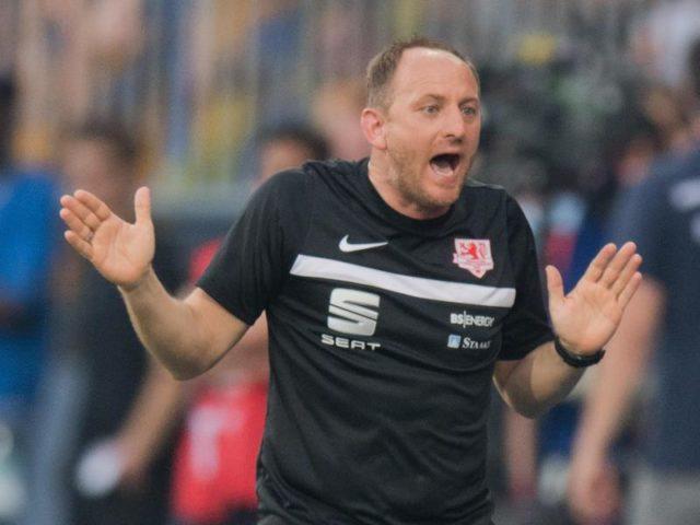 Braunschweigs Trainer Torsten Lieberknecht versucht seine Mannschaft nach vorne zu treiben. Foto: Julian Stratenschulte/dpa