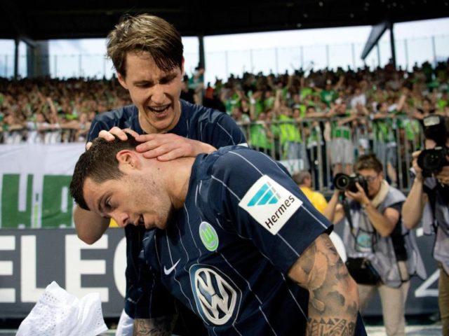 Wolfsburgs Vieirinha feiert seinen Treffer mit Teamkollege Philipp Wollscheid. Foto: Julian Stratenschulte/dpa