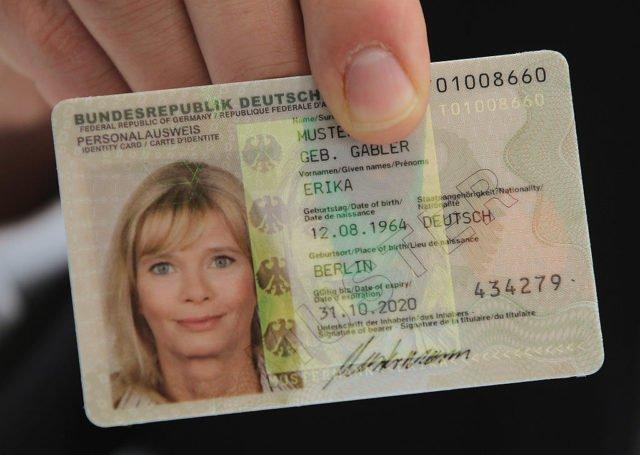 Micro-Chip im Personalausweis automatisch aktiv: Neues Gesetz macht Bürger überwachbarer