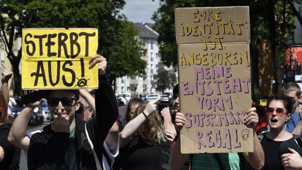 """Berlin: """"Identitäre"""" Demo für Tradition und kulturelle Identität abgebrochen – Polizei versagt kläglich gegen linke Blockierer"""