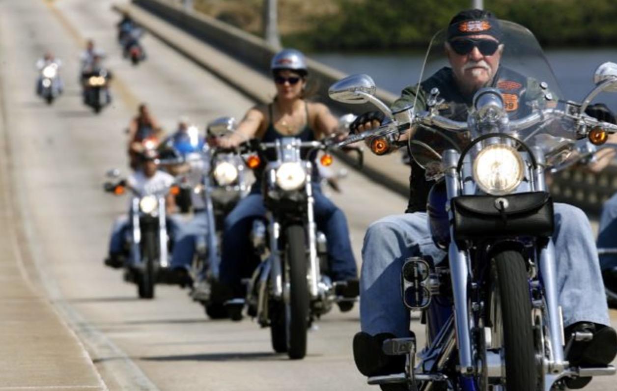 Nach üblem Mobbing: 10-Jähriger wird von Motorrad-Rockern zur Schule gebracht