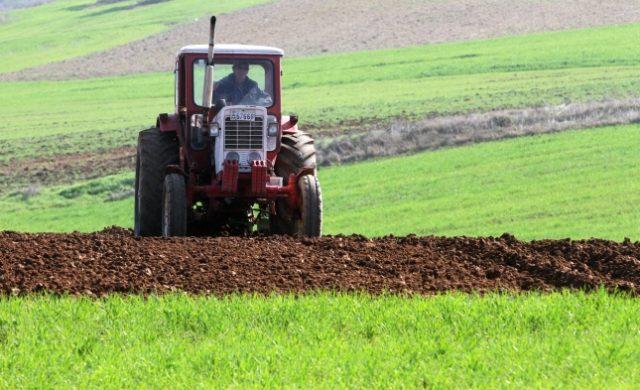 Bauer mit Traktor Foto: über dts Nachrichtenagentur