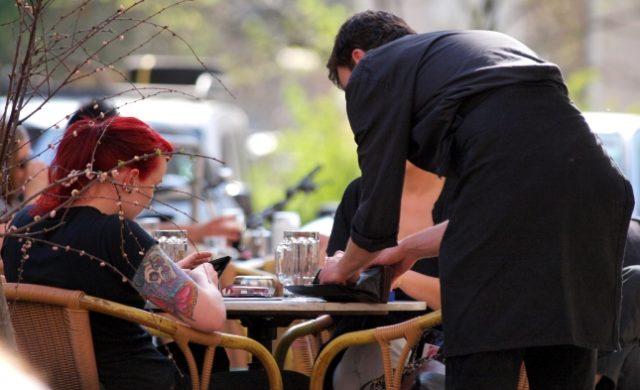 Bedienung in einem Café Foto: über dts Nachrichtenagentur