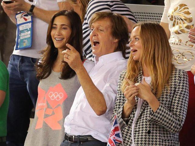 Paul McCartney mit seiner Frau Nancy (l) und seiner Tochter Stella bei den Olympischen Spielen in London. Foto: Christian Charisius/dpa