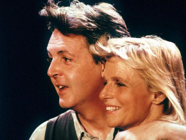 Paul McCartney und seine damalige Frau Linda im Jahr 1989 in London. Foto: Tim Brakemeier/dpa