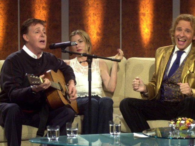 Auch Paul McCartney war bei «Wetten, dass..?» (2001 in Dresden). Foto: Martin Schutt/dpa
