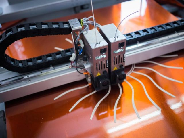 3D-Drucker für die Deutsche Bahn:Schon mehr als 1000 Ersatzteile kommen aus solchen Geräten. Foto: Sophia Kembowski/dpa