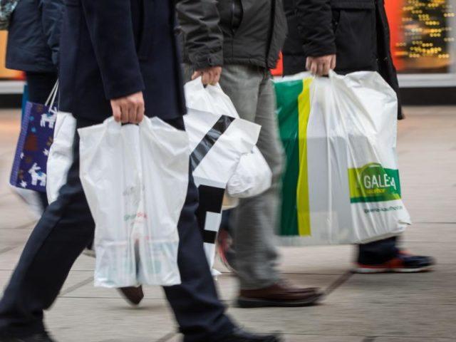 Plastiktüten sind im Einzelhandel immer noch weit verbreitet. Foto: Frank Rumpenhorst/dpa