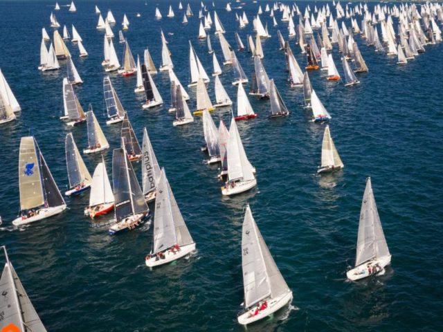 Während der 79. Segelregatta Bol d'Or auf dem Genfersee sammeln sich die Boote an der Startlinie. Foto: Valentin Flauraud/dpa