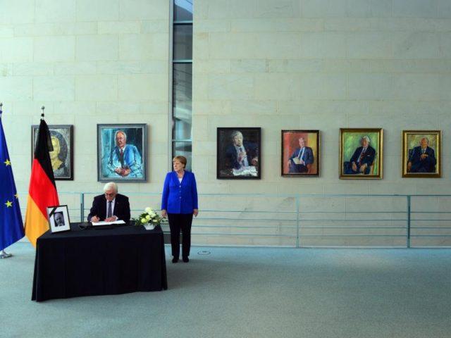 Helmut Kohl ist tot – nun beginnt für viele das Abschiednehmen. Bundespräsident Steinmeier trägt sich in Begleitung von Kanzlerin Merkel in das Kondolenzbuch für den verstorbenen ehemaligen Bundeskanzler ein. Foto: Maurizio Gambarini/dpa