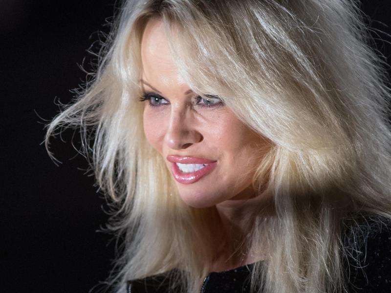 """Notre-Dame statt Kinder? Ex-""""Baywatch""""-Star Pamela Anderson sorgt bei Spendengala für Aufregung"""