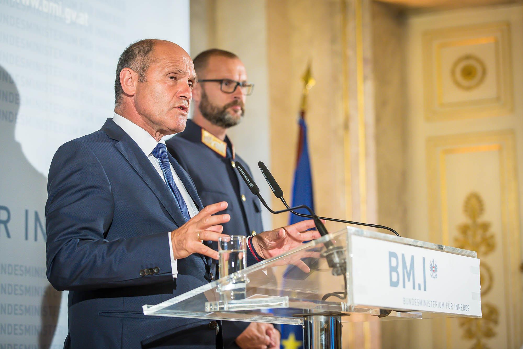 Innenminister über Doppelmord in Linz: Erste IS-Bluttat in Österreich