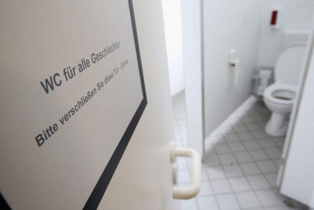 unisex toiletten und stra enumbennenung in berlin. Black Bedroom Furniture Sets. Home Design Ideas