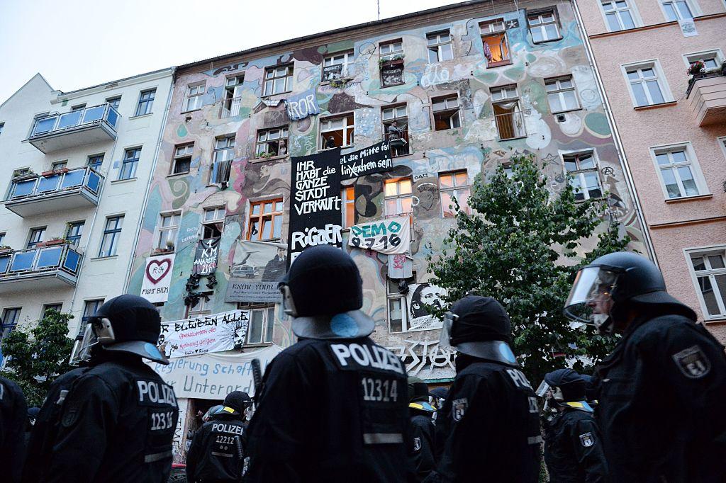 Berlin: 560 Polizisten durchsuchen Rigaer 94 und weitere linksautonome Zentren – Tatverdächtige vom Überfall auf Spätkauf gesucht