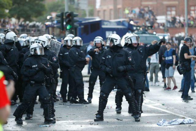 Die Polizei in Hamburg ist mit der Lage überfordert. Foto: ODD ANDERSEN/AFP/Getty Images