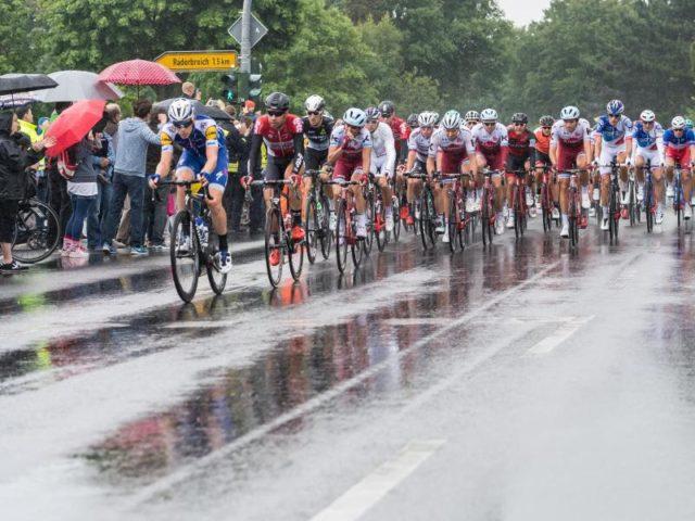 Auch auf der zweiten Etappe hatten die Fahrer mit Regen zu kämpfen. Foto: Guido Kirchner/dpa