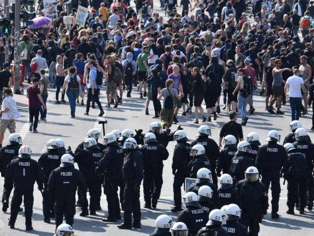 Konfrontation:Polizisten versuchen, mehreren Tausend Demonstranten den Weg zur Elbphilharmonie abzuschneiden. Foto:Boris Roessler/dpa