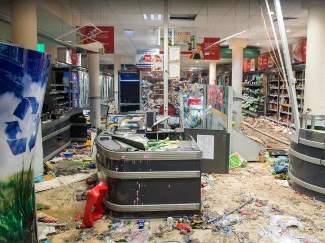 Blick in eine geplünderte Filiale einer Supermarkt-Kette in Hamburg. Foto: Daniel Bockwoldt/dpa