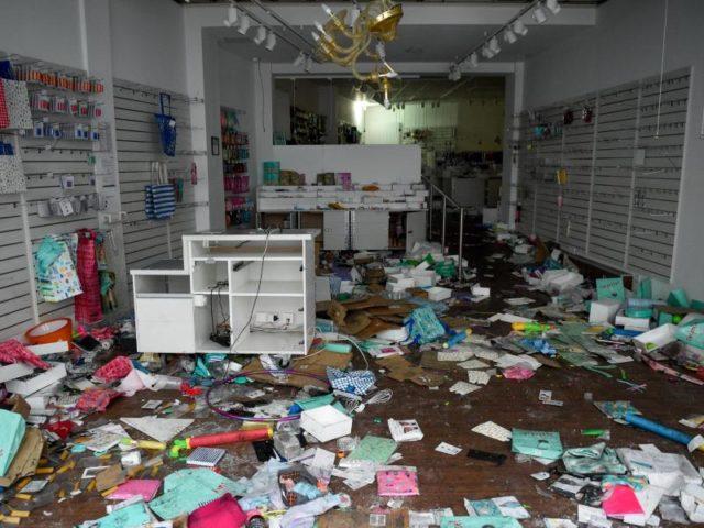 Das Interieur eines Frisörladens ist in Hamburg im Schanzenviertel vollständig zerstört worden. Foto: Axel Heimken/dpa