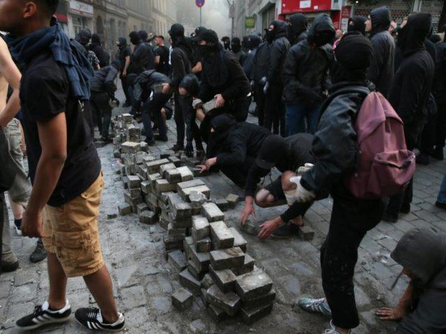Bereit für die nächste Runde von Gewalt? Demonstranten stapeln in Hamburg Pflastersteine. Foto: Markus Scholz/dpa