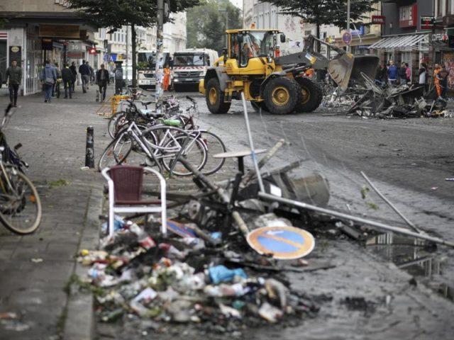 Randalierer haben im Hamburger Schanzenviertel eine Spur der Verwüstung hinterlassen. Foto: Christian Charisius/dpa