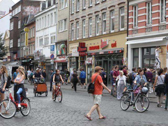 Als wäre nichts gewesen:Entspannt bummeln Anwohner und Touristen am Samstagmittag durch das Hamburger Schanzenviertel. Foto: Christian Charisius/dpa