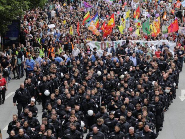 Das ist nicht der schwarze Block:Polizisten marschieren an der Spitze eines Demonstrationszugs durch Hamburg. Foto:Kay Nietfeld/dpa