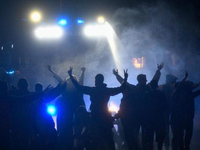 Polizeikräfte setzen Wasserwerfer gegen Demonstranten ein. Foto: Axel Heimken/Archiv/dpa