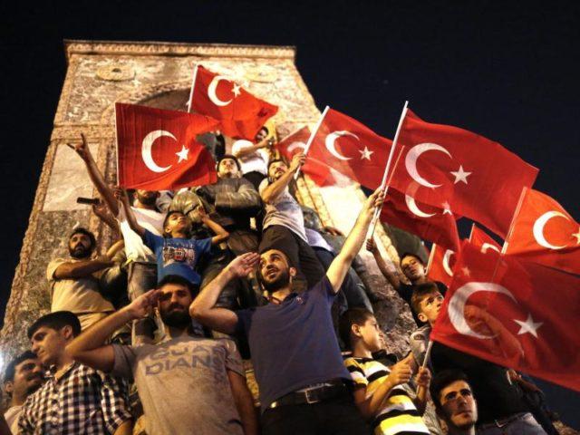 Erdogan-Anhänger protestieren einen Tag nach dem Putschversuch in Istanbul. Foto:Sedat Suna/dpa