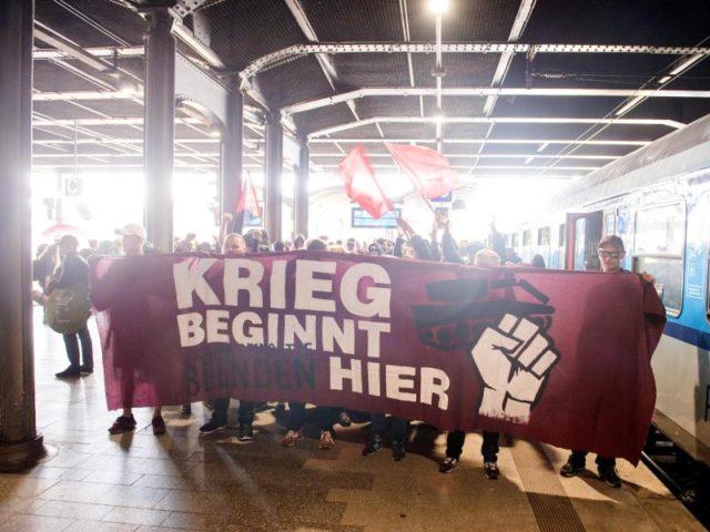«Krieg beginnt hier» - G20-Gegner aus dem Protest-Sonderzug «ZuG20» kündigten schon bei ihrer Ankunft im Hamburger Hauptbahnhof eine harte Gangart an. Foto: Daniel Bockwoldt/dpa