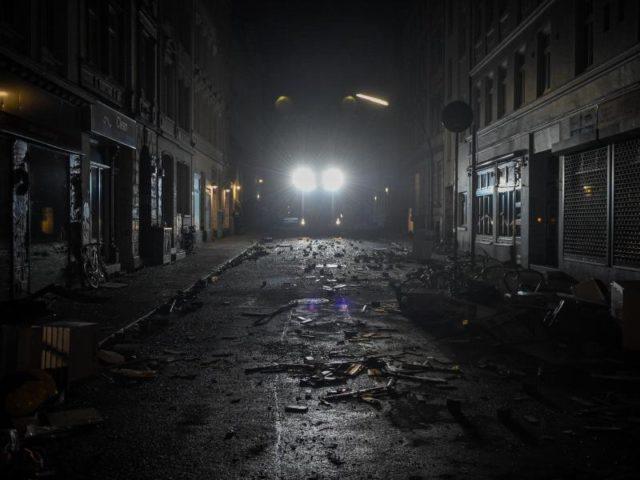 Endzeitstimmung: Die Scheinwerfer eines Polizeifahrzeugs beleuchten die Verwüstungen in einer Hamburger Straße. Foto: Axel Heimken/dpa