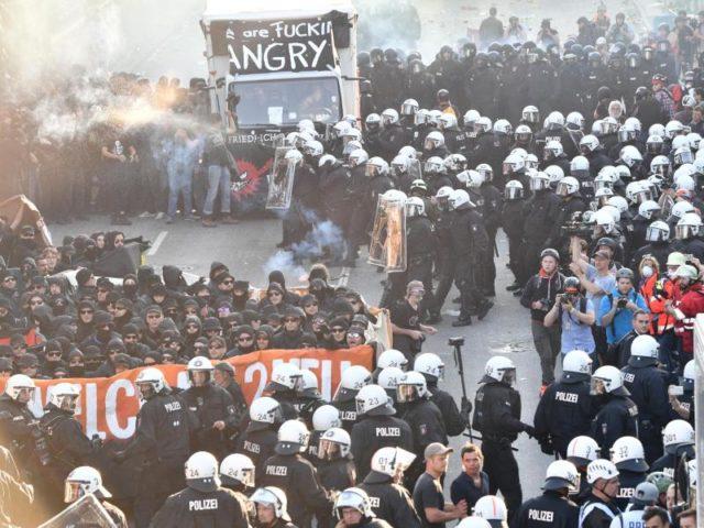 Konfrontation in Hamburg: Der schwarze Block und die Polizei. Foto: Boris Roessler/dpa