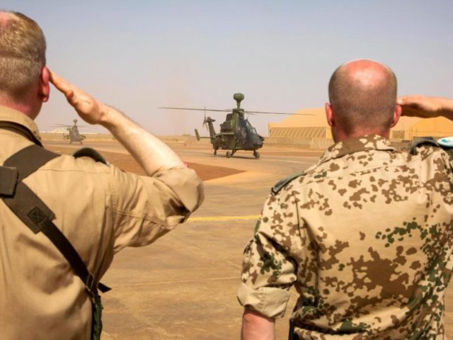 Zwei Bundeswehrsoldaten salutieren während der Ankunft der ersten zwei Kampfhubschrauber des Typs Tiger in Gao, Mali. Foto: Marc Tessensohn/Archiv/dpa