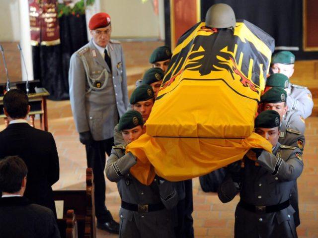 Trauergottesdienst für den in Afghanistan gefallenen Oberfeldwebel Florian Pauli im Oktober 2010. Foto: Maurizio Gambarini/dpa