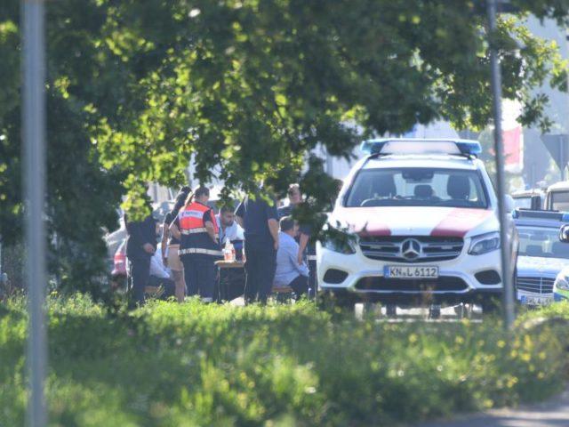Polizisten nehmen vor der Diskothek in Konstanz die Aussagen von Zeugen auf. Foto: Felix Kästle/dpa
