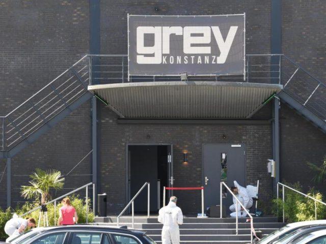 Spurensicherung vor dem Club Grey in Konstanz. Bei dem Todesopfer handelt es sich um denTürsteher der Diskothek. Foto: Felix Kästle/dpa