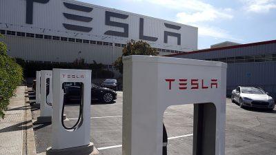 Tesla-Mitarbeiter beschweren sich über niedrige Löhne und Arbeitsunfälle